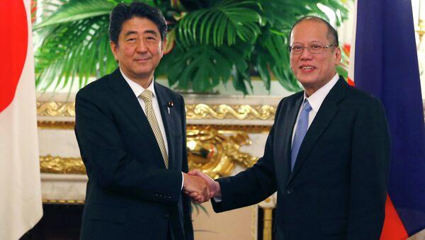 Philippine President Benigno Aquino III, right, shakes hands with Japanese Prime Minister Shinzo Abe. - Sputnik International