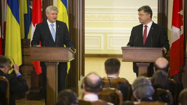 Ukraine's President Petro Poroshenko (R) and Canada's Prime Minister Stephen Harper make a statement as they meet in Kiev, Ukraine - Sputnik International
