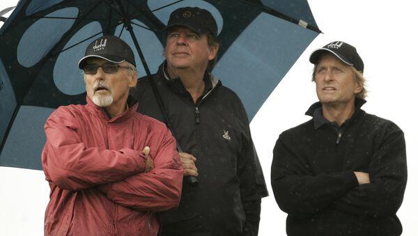 Johann Rupert hits the green with actors Dennis Hopper and Michael Douglas. - Sputnik International