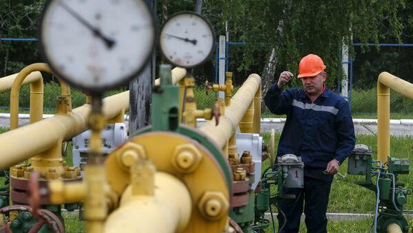 A worker checks equipment at an Dashava underground gas storage facility near Striy, Ukraine May 28, 2015 - Sputnik International
