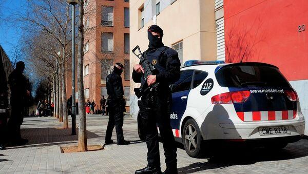 Mossos d'Esquadra regional police officers stand guard during a raid - Sputnik International