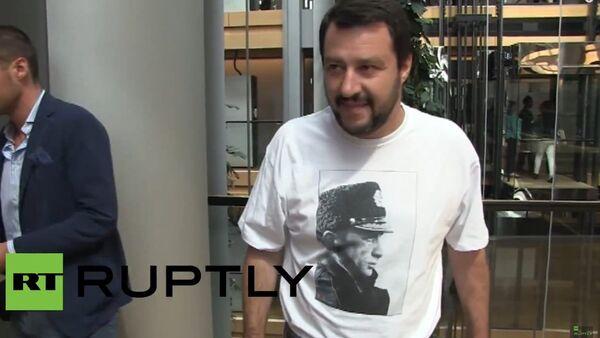 France: MEP Salvini dons Putin t-shirt in Strasbourg - Sputnik International