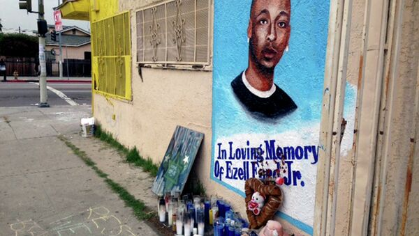 In this Dec. 30, 2014, file photo, a street side memorial with a painted portrait of Ezell Ford near where he was shot when police confronted him on Aug. 11, 2014, is shown on a street near his home in South Los Angeles. - Sputnik International