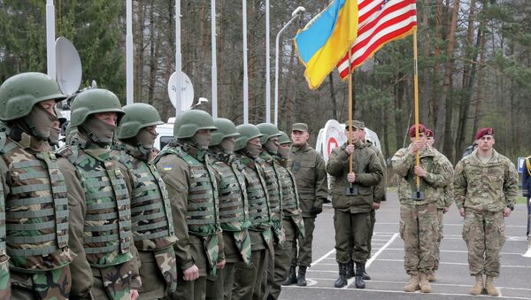 US and Ukrainian soldiers stand guard during opening ceremony of the 'Fearless Guardian - 2015', Ukrainian-US Peacekeeping and Security command and staff training, in western Ukraine, in Lviv region, Monday, April 20, 2015 - Sputnik International