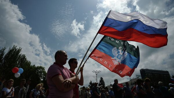Participants at the rally in support of the Donetsk People's Republic on Lenin Square in Donetsk - Sputnik International