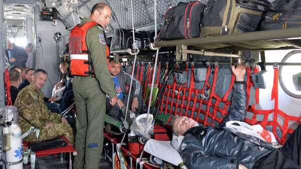 Medical personnel from the Romanian military take wounded Ukrainian soldiers on board a Romanian medical military plane at Kiev's Boryspil International Airport on April 29, 2015 - Sputnik International