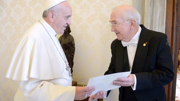 Pope Francis (L) meets with the newly appointed US Ambassador to the Holy See Kenneth F. Hackett in his private studio at the Vatican on October 21, 2013 - Sputnik International