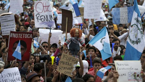Protesters holds signs and a doll during a demonstration demanding the resignation of Guatemalan President Otto Perez Molina, in downtown Guatemala City, May 30, 2015 - Sputnik International