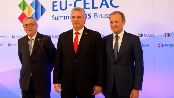 European Commission President Jean-Claude Juncker, left, and European Council President Donald Tusk, right, welcome Cuba's First Vice-President Miguel-Canel Bermudez. - Sputnik International