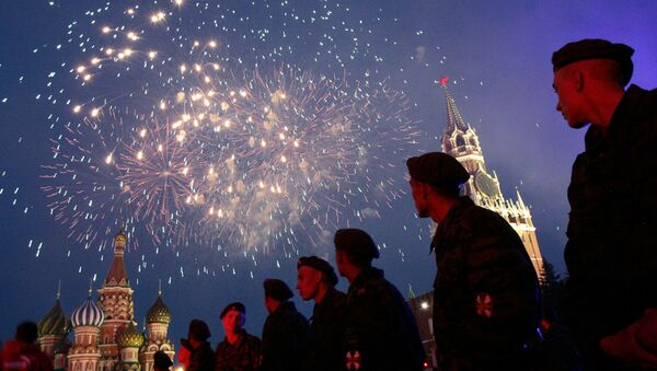 Russian soldiers watch fireworks over the Red Square in Moscow during a concert devoted Russia Day 12 June - Sputnik International