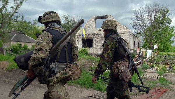 Servicemen walk on May 28, 2015 around Ukrainian positions on the frontline facing eastern Ukrainian independence supporters near Donetsk in eastern Ukraine - Sputnik International