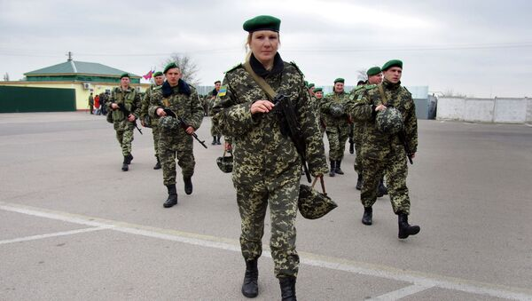 Ukrainian border guards march to patrol at the check point of Kuchurgany, some 100 km from the Black Sea city of Odessa, on the border with Transnistria - Sputnik International