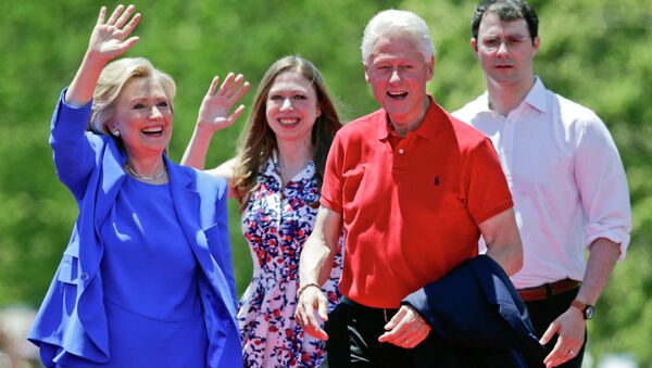 Democratic presidential candidate former Secretary of State Hillary Rodham Clinton waves to supporters as her husband former President Bill Clinton, second from right, Chelsea Clinton, second from left, and her husband Marc Mezvinsky, join on stage Saturday, June 13, 2015, on Roosevelt Island in New York - Sputnik International