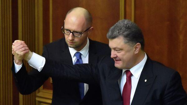 Ukrainian President Petro Poroshenko (R) and the Prime Minister Arseniy Yatsenyuk shake hands in the parliament in Kiev - Sputnik International