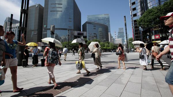 People use parasols to keep from scorching heat in Tokyo, Tuesday, July 17, 2012 - Sputnik International