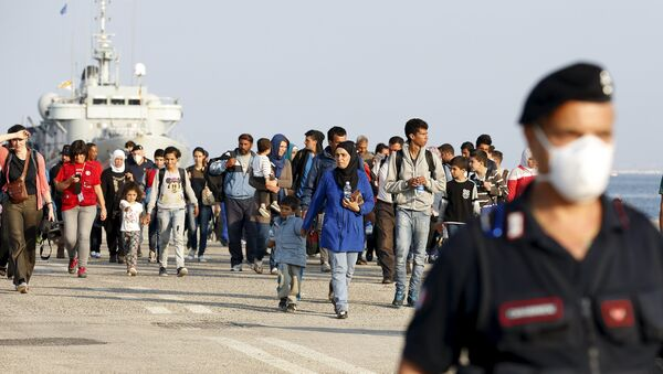 Syrian refugees are escorted by Carabinieri after disembarking from Belgian Navy vessel Godetia at the Augusta port, Italy, June 10, 2015 - Sputnik International