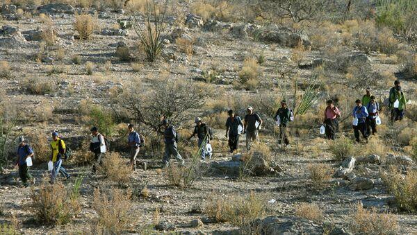 Mexican immigrants walk in line through the Arizona desert - Sputnik International