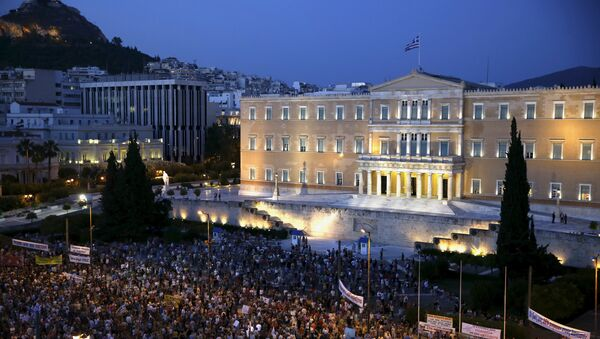 Protesters gather in front of the parliament during a pro-government rally calling on Greece's European and International Monetary creditors to soften their stance in the cash-for-reforms talks in Athens, June 17, 2015. - Sputnik International