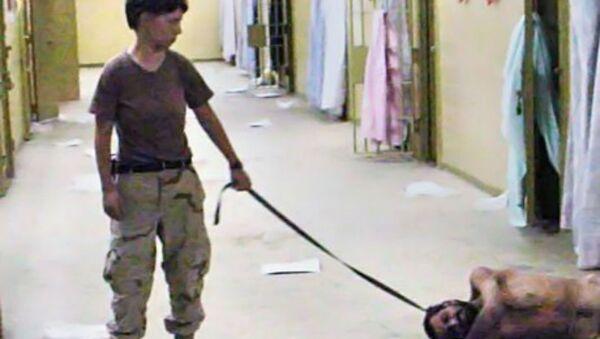 Specialist Lynndie England abusing an inmate in Abu Ghraib. - Sputnik International