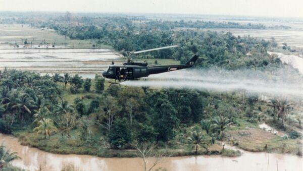 US Army helicopter sprays Agent Orange over Vietnamese fields. - Sputnik International