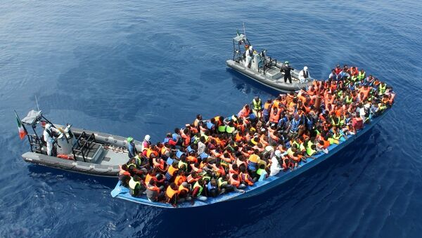 Officers of the Irish Navy ship Le Eithne rescue migrants in the Mediterranean Sea. - Sputnik International