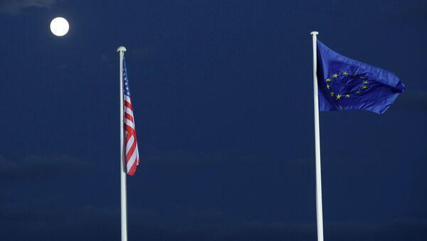 EU and US flags seen beneath the moon - Sputnik International