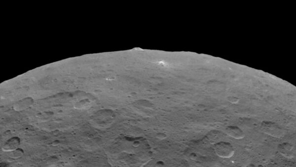 NASA's Dawn probe has taken some more stunning photos of the dwarf planet revealing an inexplicably large pyramid-shaped mountain as well as closer looks at the mysterious bright spots that pepper its surface. - Sputnik International