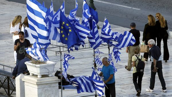 A street vendor sells Greek and EU flags before an upcoming demonstration by Greeks calling on the government to clinch a deal with its international creditors and secure Greece's future in the Eurozone in Athens, Greece, June 22, 2015 - Sputnik International