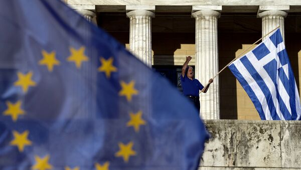 A protester shouts slogans during a pro-European demonstration in front of the Greek parliament in Athens on June 22, 2015. - Sputnik International