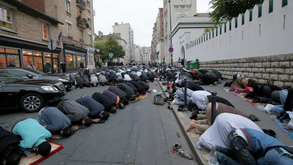 Muslims pray in the street outside the Mosque in Paris - Sputnik International