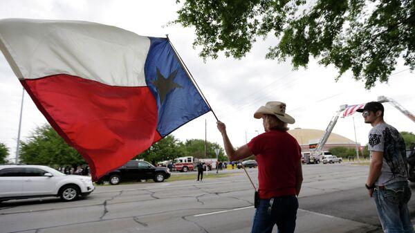 A man holds a Texas flag. - Sputnik International