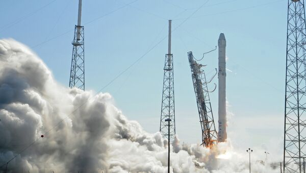 Space X's Falcon 9 rocket lifts off from space launch complex 40 on April 14, 2015 at Cape Canaveral, Florida with a Dragon CRS6 spacecraft - Sputnik International