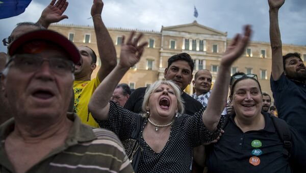 Pro-Euro protesters shout slogans during a rally in front of the parliament building in Athens, Greece, June 30, 2015 - Sputnik International
