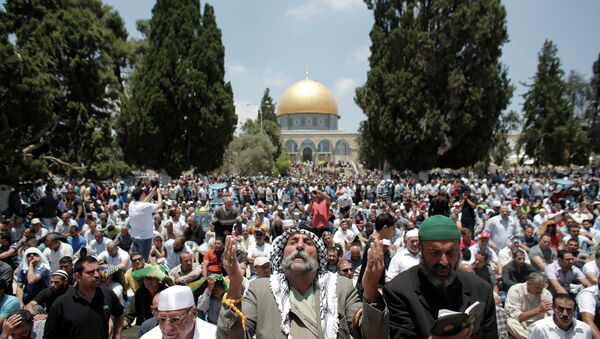 Palestinian Muslim worshipers pray outside the Dome of the Rock at the Al-Aqsa Mosque compound in Jerusalem during the second Friday prayer of the holy month of Ramadan, on June 26, 2015 - Sputnik International