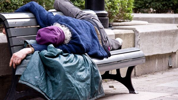 Homeless man sleeps on bench - Sputnik International