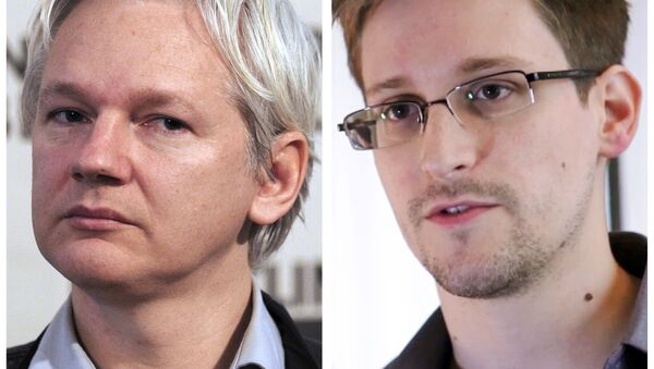 A combination made on July 3, 2013 shows a file picture of WikiLeaks founder Julian Assange (L) taken on June 7, 2013 in London and a still frame grab recorded on June 6, 2013 in Hong Kong of former US agent of the National Security Agency, Edward Snowden - Sputnik International