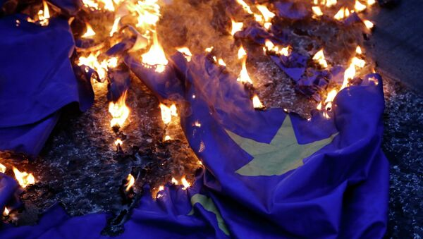 Demonstrators burn a European Union flag during a rally supporting the no vote for the upcoming referendum outside the European Union office in Athens, Thursday, July 2, 2015. - Sputnik International