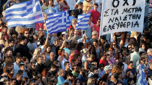 Demonstrators wave greek flags during an anti-austerity rally in front of the parliament building in Athens, Greece, July 3, 2015 - Sputnik International