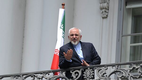 Iranian Foreign Minister Javad Zarif talks to media from bacon of the Palais Coburg Hotel, venue of the nuclear talks in Vienna, Austria on July 2, 2015 - Sputnik International