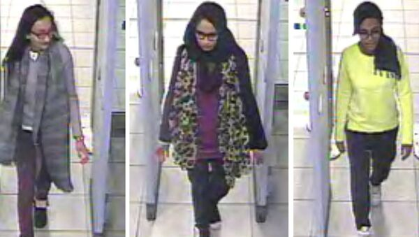 Kadiza Sultana, left, Shamima Begum, centre and and Amira Abase going through security at Gatwick airport, before they caught their flight to Turkey on Tuesday Feb 17, 2015 - Sputnik International