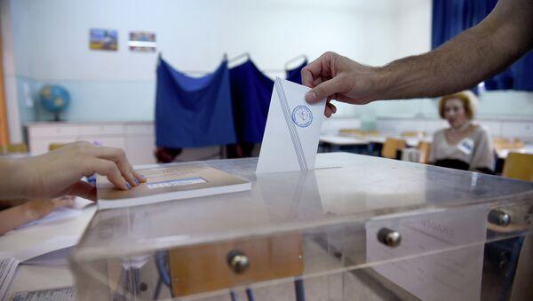 A man casts his vote at a polling station in the northern Greek port city of Thessaloniki, Sunday, July 5, 2015 - Sputnik International