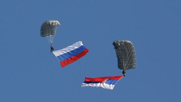 Serbian soldiers parachute from a transport helicopter with Russian, left and Serbian flags during the Russian-Serbian joint antiterrorist exercise. (File) - Sputnik International