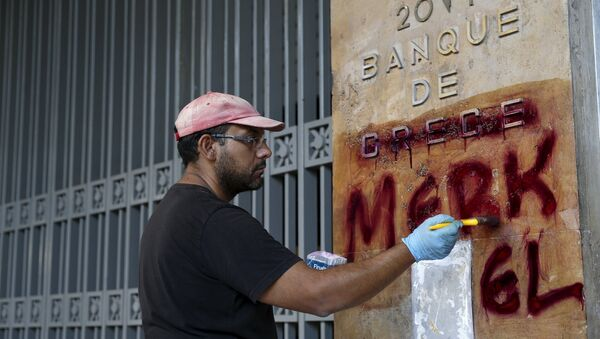 A worker cleans graffiti outside the central Bank of Greece building in Athens, Greece, July 7, 2015 - Sputnik International