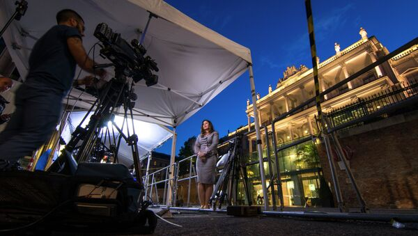 Sky News television crew make their report outside the Palais Coburg Hotel where the Iran nuclear talks meetings are being held in Vienna, Austria on July 9, 2015 - Sputnik International