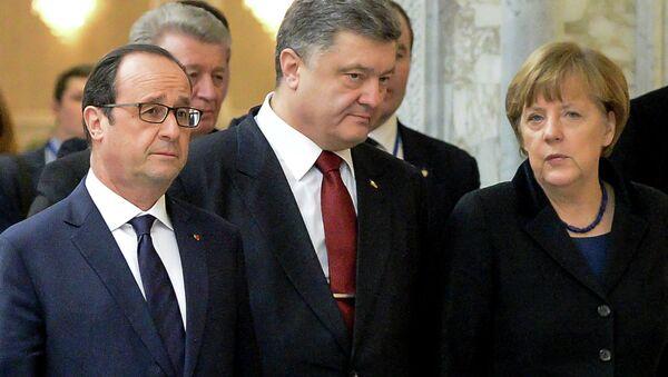 France's President Francois Hollande, Ukrainian President Petro Poroshenko and German Chancellor Angela Merkel (L-R) walk for a family photo at the presidential residence in Minsk on February 11, 2015 - Sputnik International