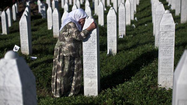 A woman weeps as she visits the grave of a family member at the Potocari memorial complex near Srebrenica, 150 kilometers (94 miles) northeast of Sarajevo, Bosnia and Herzegovina, Saturday, July 11, 2015 - Sputnik International