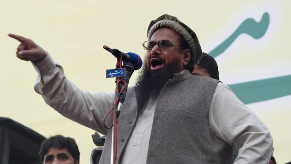 Hafiz Muhammad Saeed (C), head of the banned Pakistani charity organisation, Jamaat-ud-Dawa (JuD) addresses demonstrators during a protest to mark Kashmir Solidarity day in Lahore on February 5, 2015 - Sputnik International