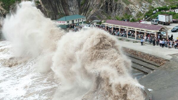 People gather to see huge waves as typhoon Chan-hom comes near Wenling, east China's Zhejiang province on July 10, 2015 - Sputnik International