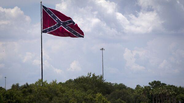 A large Confederate battle flag flies above highway 75 in Tampa Bay, Florida June 24, 2015 - Sputnik International