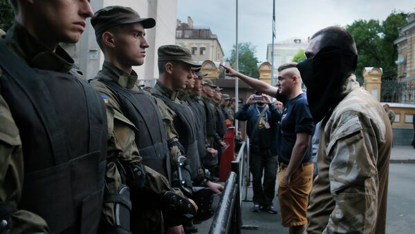 Activists from the Right Sector party confront police who are blocking a street leading to the Ukrainian Presidential administration building in Kiev, Ukraine, Saturday, July 11, 2015 - Sputnik International